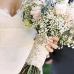 beyaz çiçeklerle yapılmış gelin çiçeği
