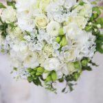 beyaz gül ve çiçeklerle meydana getirilmiş canlı çiçeklerle yapılmış bir demet