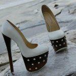 beyaz topuk ve platformu siyah zımbalı ayakkabı