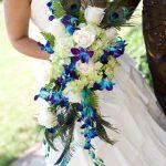 beyaz ve mavi renkli çiçeklerle şık bir buket