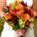 canlı çiçeklerle oluşturulmuş şık bir demet çiçek