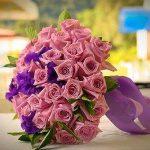 gül ve zambaklarla yapılmış pembe ve mor uyumlu gelin çiçeği
