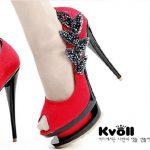 kırmızı burnu açık ayakkabı modeli