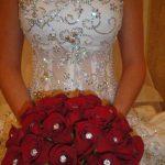 kırmızı güllerle yapılmış hoş bir demet gelin çiçeği