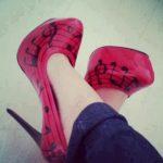kırmızı siyah notalı ayakkabı modeli