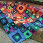 kare motifli renkli örgü bebek battaniyesi