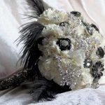 kumaştan yapılmış gümüşrenkli taşlarla süslenmiş şık bir buket