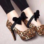 leopar desenli önde siyah fiyonklu ayakkabı