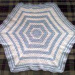 mavi beyaz çokgen bebek battaniyesi modeli