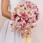 pastel tonların hakim olduğu orkidelerle dizayn edilmiş şık bir gelin çiçeği