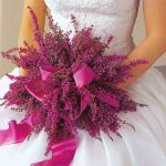 pembe çiçeklerle oluşturulmuş bir demet gelim çiçeği buketi