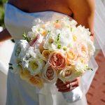 renkli çiçeklerle gelin buketleri