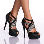 siyah çapraz bantlı ayakkabı modeli