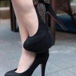 siyah yüksek topuklu yandan fiyon ve zımbalı ayakkabı