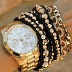 altın renkli saat ve takılar