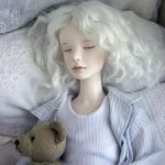 beyaz kıvırcık saçlı porselen bebek modeli