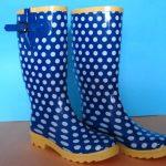 mavi beyaz puantiyeli yağmurluk çizme modeli