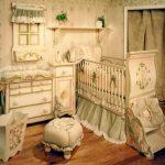 yeşil krem klasik çizgili bebek odası modeli