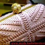 Alexander McQueen şeritli gece çantası modeli