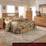 bej çiçekli yatak örtüsü modeli