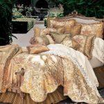 bej desenli yatak örtüsü modli