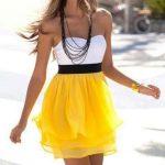 etek kısmı sarı üstü beyaz kadın elbisesi