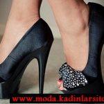 siyah fiyonk detaylı ayakkabı modelii