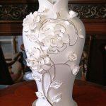 çiçek figürlü yaldızlı vazo modeli