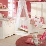 pembe beyaz kız bebek odası