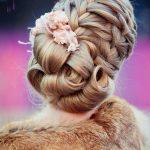 saç örgülü çiçek detaylı gelin saçı