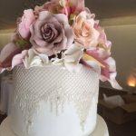 dantel işlemeli çiçekli düğün pastası
