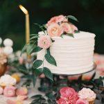 dekoratif çiçekli düğün pastası