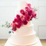 en modern pembe güllü düğün pastası