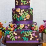 mor kaplamalı çiçekli modern düğün pastası