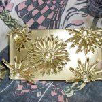 altın yaldızlı makarna ile süslenmiş kutu